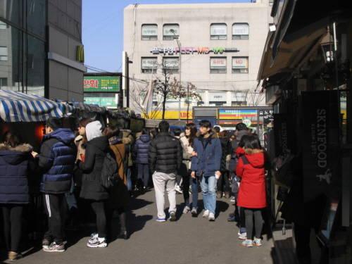 공무원 준비생들이 노량진 거리에서 컵밥을 먹기 위해 줄을 서며 기다리고 있다. = 강다솔 기자